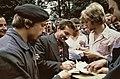 Stakingsleider Lech Walesa deelt handtekeningen uit, Bestanddeelnr 253-8300.jpg