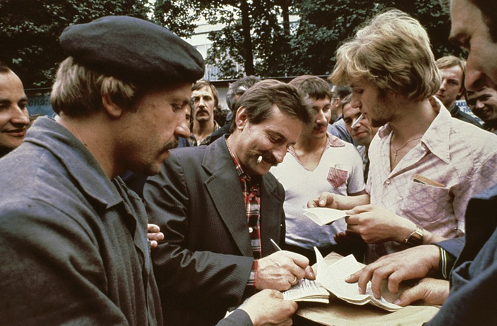 Stakingsleider Lech Walesa deelt handtekeningen uit, Bestanddeelnr 253-8300