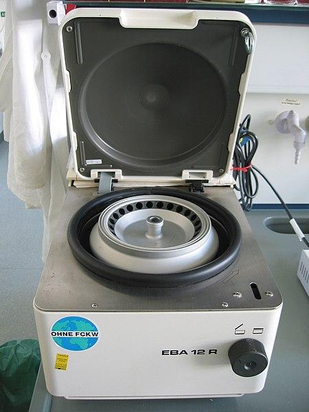 Bordscentrifug. Denna är lämplig att centrifugera ned celler med.