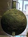 Tazza con ansa sopraelevata in bronzo laminato, forse da vulci, 750-700 ac ca.JPG