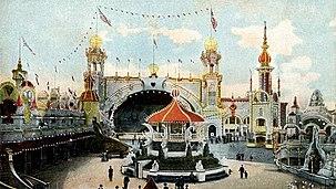 Uma fotografia colorida de um parque de diversões ricamente decorados.