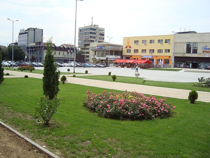 Податотека:The small park in the city square in Tetovo, Macedonia.JPG