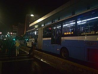 BRT Standard - Bollards as separator for BRT dedicated lane, bus using platform-level boarding