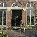 Tuinman aan het werk voor de oranjerie - Goor - 20405215 - RCE.jpg