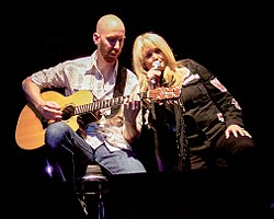 Bonnie Tyler accompagnata alla chitarra da Matt Prior