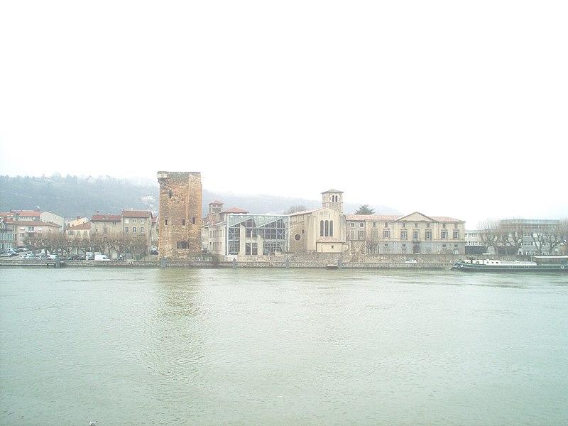 Torre dei Valois e chiesa dei Cordeliers si riflettono nel fiume a Sainte-Colombe nel dipartimento del Rodano. la foto è stata scattata dal comune di Vienne (Quai Jean Jaurès, F-38200)
