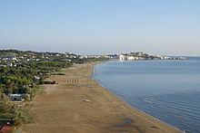 Vieste, la spiaggia di Pizzomunno e la città sullo sfondo