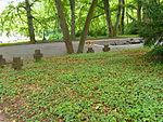 Würzburg-kriegsgräberstätte-bombenopfer-würzburg-hauptfriedhof-steinkreuze-hinten.JPG