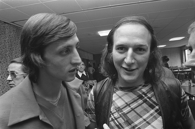File:WK voetbal 1974, Nederlands elftal in Hiltrup Cruijff (l) en Peter Koelewijn, Bestanddeelnr 927-3061.jpg
