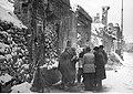 Warszawa. Grupa mężczyzn czytających gazety (2-217).jpg