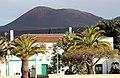 Yaiza, Blick vom Plaza Alameda, zum Parque Nacional de Timanfaya.JPG