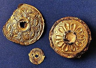 Disc fibula - Image: Zürich Uetliberg Fürstengrabhügel Goldscheiben