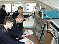 Курсанты изучают различное авиационное оборудование.jpg