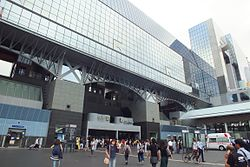 https://upload.wikimedia.org/wikipedia/commons/thumb/0/0e/2016-09-08_Kyoto_Station_building_(1997)、京都駅ビル_DSCF0133.jpg/250px-2016-09-08_Kyoto_Station_building_(1997)、京都駅ビル_DSCF0133.jpg