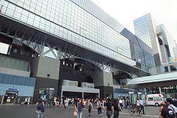 https://upload.wikimedia.org/wikipedia/commons/thumb/0/0e/2016-09-08_Kyoto_Station_building_(1997)、京都駅ビル_DSCF0133.jpg/250px-2016-09-08_Kyoto_Station_building_(1997)、京都駅ビル_DSCF0133.jpg