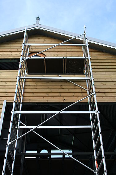 A stand of basic scaffolding on a house construction site, with diagonal braces to maintain its structure 2512-echafaudage-Reunion.jpg