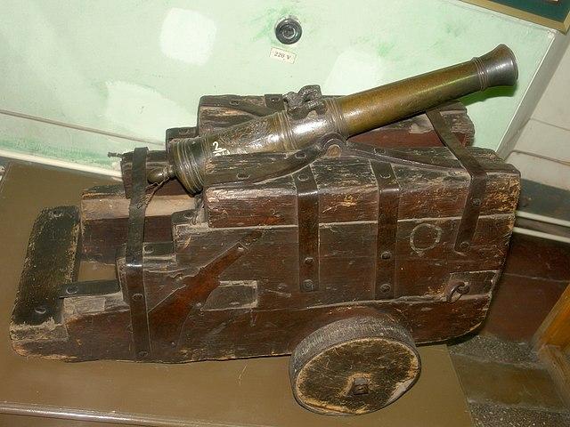 «Пугачёвская пушка» на самодельном лафете (34-мм калибр, бронза, вес 51 кг)