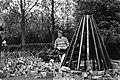 3e Beeldententoonstelling Amstelpark van 28 april tot 30 augustus, kunstenaar Pjotr Muller bouwt zijn eigen werk cabane op, Bestanddeelnr 931-4431.jpg