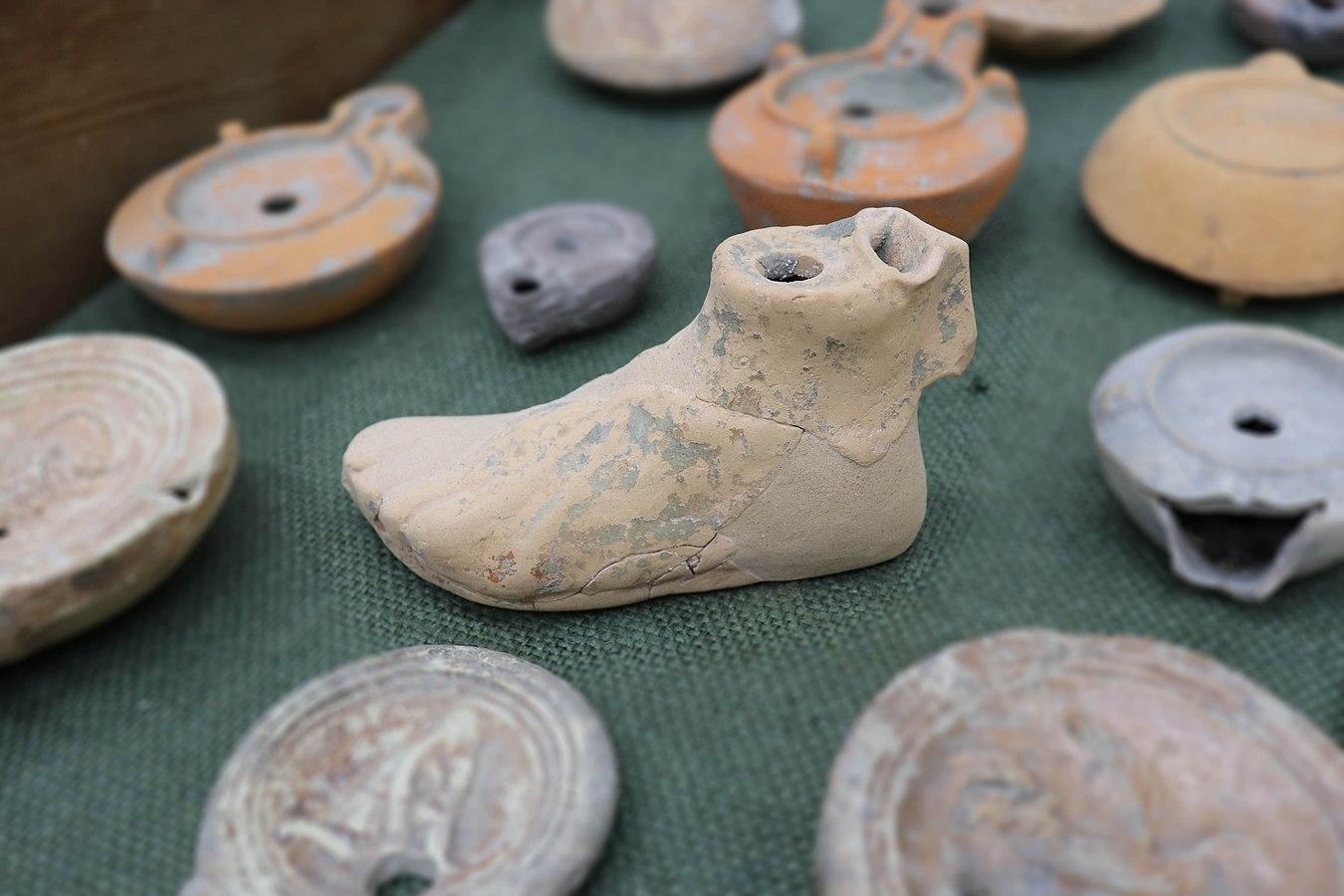 Lampe en forme de pied (Musée de Die)