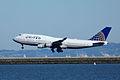 747UALlanding (11346845323).jpg