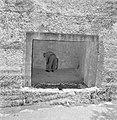 Achteraanzicht van een man in doorkijkje naar een onderaardse kamer in een opgra, Bestanddeelnr 255-2398.jpg