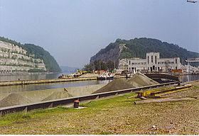 Le canal Albert au passage de la montagne Saint-Pierre: la tranchée de Caster et les écluses de Lanaye à droite.
