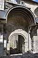 Ancien porche latéral sud de l'église abbatiale Saint-Pierre de Marcilhac-sur-Célé.jpg