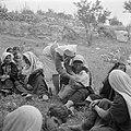 Arabische met witte sluiers vrouwen met kleine kinderen wachtende in de openluch, Bestanddeelnr 255-0941.jpg