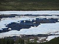 Ausgedehnte Aufeisfläche in einem Tal, kanadische Arktis.JPG