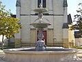 Avoine - fontaine, parvis de l'église.jpg