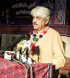 Ayaz Gul poet delivers speech at Sachal Sarmat conference, Khairpur, Sindh, Pakistan.jpg