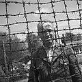 Bevrijding van het concentratiekamp te Amersfoort Een Nederlandse officier met , Bestanddeelnr 900-2827.jpg