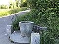 Brunnen am Waldrand oberhalb Frymannstrasse Nr. 74 (b).jpg