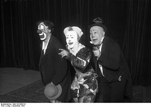 "Bundesarchiv Bild 102-00421A, Clowns-Trio ""Die Fratellinis"".jpg"