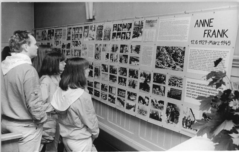 """Bundesarchiv Bild 183-1987-0625-030, Berlin, ev. Kirchentag, Ausstellung """"Das jüdische Leben"""""""