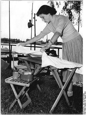 Folding table - Image: Bundesarchiv Bild 183 26070 0002, Präsentation einer Zeltmöbelgarnitur