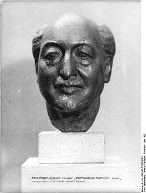 """Hans Steger (sculptor) - Image: Bundesarchiv Bild 183 73785 0005, Hans Steger, Porträtplastik """"Arbeiterveteran August Fröhlich"""""""