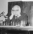 Burgemeester Samkalden achter het schaakbord, Bestanddeelnr 926-7894.jpg