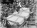 COLLECTIE TROPENMUSEUM 'Het verslepen van de steen 'Darodaro' voor de gestorven Saoenigeho van Bawamataloea Nias TMnr 10000952.jpg