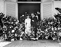 COLLECTIE TROPENMUSEUM Portret van Dr. Theophil en Laurien Wurth tussen de bloemstukken mogelijk verlovings- of huwelijksgeschenken TMnr 10024013.jpg