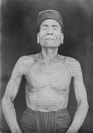 Ot Danum people - Image: COLLECTIE TROPENMUSEUM Portret van een getatoeëerde Ot Danum Dajak man uit het Kahajan gebied van Midden Borneo. T Mnr 60046429