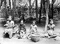 COLLECTIE TROPENMUSEUM Spinnen van kokosgaren nabij Karanganjar Java TMnr 10014385.jpg