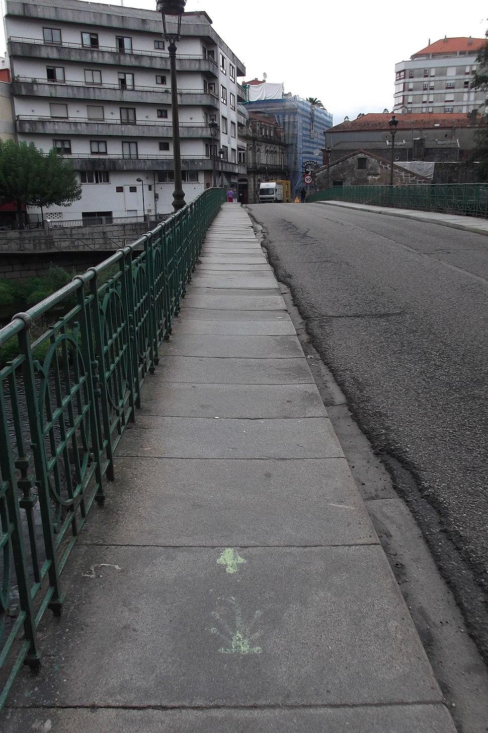 Sinais sobre a ponte do Umia, en Caldas.
