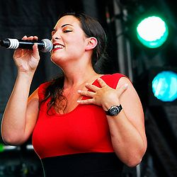 Caro Emerald dal vivo all'Indian Summer Festival di Zoetermeer, Olanda.