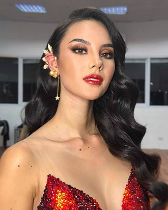"""Miss Universe 2018 - Image: Catriona Gray with iconic tristar and sun earpiece, in Mak Tumang Swarovski gem embellished """"Mayon"""" evening number"""