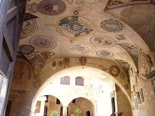 Palazzo vicariale di Certaldo, cortile, stemmi affrescati