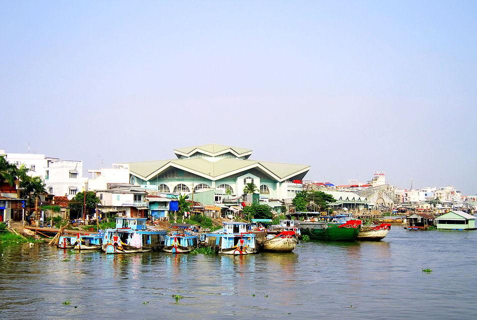 Chợ Long Xuyên bên bờ sông Hậu
