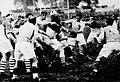 Championnat de France de rugby 1935, Biarritz - USAP, Perpignan éloigne la balle du paquet, l'un des avants ouvre sur Roger Vails le demi de mêlée.jpg