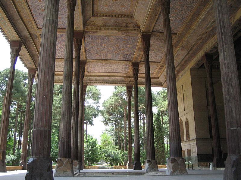 File:Colonnes chehel sotoun esfahan.jpg
