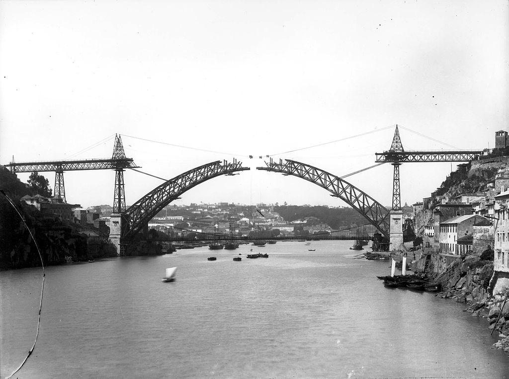 Construction de l'arche du pont Dom Luis à Porto vers 1883 - Photo d'Emílio Biel